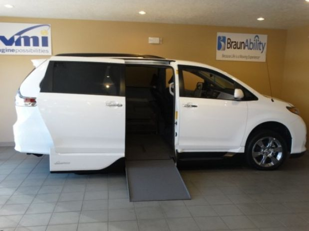 photo of 2014 Toyota Sienna Se Minivan 4d Adaptive Mobility Systems