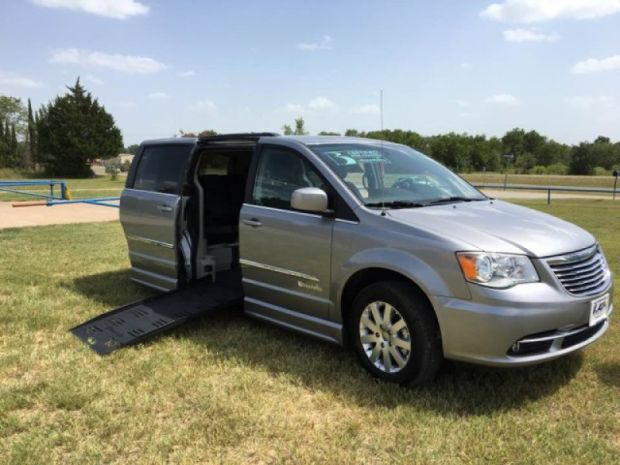photo of 2016 Chrysler Town & Country Touring Braunability Entervan Braunability