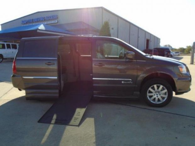 photo of 2016 Chrysler Town & Country Touring Braunability Dodge Entervan Xi Braunability