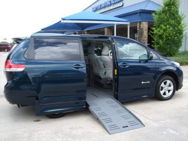 for sale texas houston 2011 used braun toyota sienna le. Black Bedroom Furniture Sets. Home Design Ideas